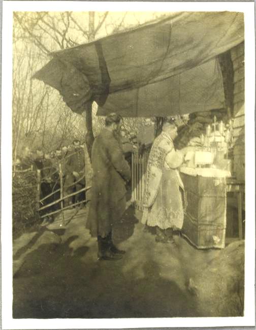 1915 - le sous-lieutenant Pape (sic !) dit la sainte messe pour le 262ème régiment d'infanterie. Photographie d'Henri Terrier (1887 † 1918). Musée de l'Armée, Paris