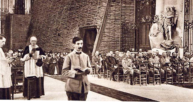 Messe célébrée dans la cathédrale d'Amiens dont les murs ont été renforcés de sacs de sable pour les protéger des bombardements - 1918