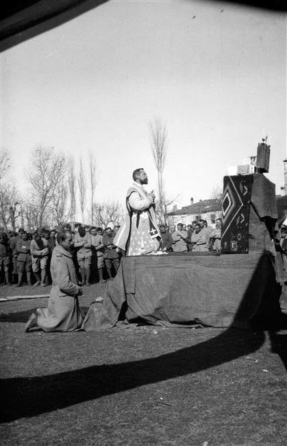 mars 1917 - M. l'Abbé Louis Lenoir (1882-1917), aumônier militaire au 4e régiment d'infanterie coloniale, célébrant la sainte messe pour ses troupes à Gravena (Macédoine grecque), peu de temps avant sa mort en mai 1917