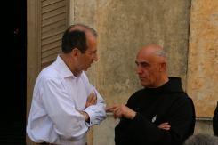 10 - Le Père Jehan, prieur des Bénédictins de l'Immaculée, en discussion avec un choriste