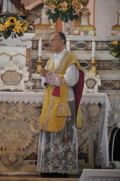13 - Messe des 7 joies de la Vierge - l'Abbé Iborra, célébrant, pendant le chant de l'évangile