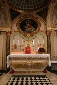 16 - L'autel de la chapelle de l'évêché d'Albenga après la messe