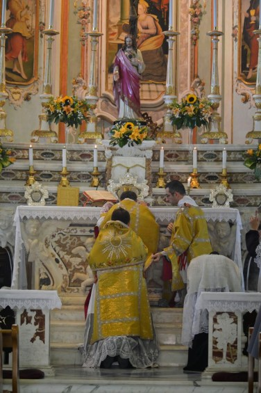18 - Messe des 7 joies de la Vierge - adoration des saintes espèces à la consécration