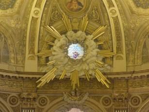 15 Messe de la saint Yves en la chapelles des Spiritains - détail du chœur - vitrail du Saint-Esprit et du cœur de Marie