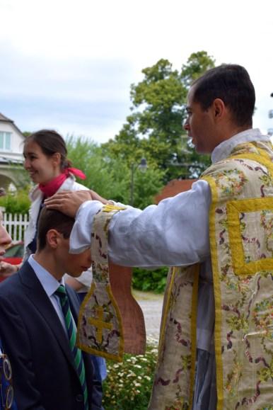 Après la messe, bénédiction des nouveaux prêtres.