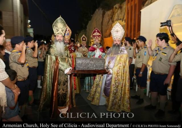 01-Consécration du saint myron par Aram Ier - les évêques portent la relique de la dextre de saint Grégoire l'Illuminateur