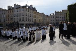 Procession du clergé sur le parvis de la cathédrale de Versailles