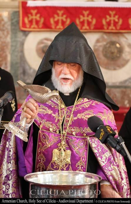 27-Bénédiction de l'eau par le catholicos avec le saint myron nouveau