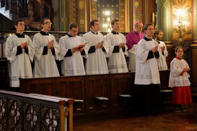 Une partie du chœur de Saint-Eugène : Mgr de Dinechin et les séminaristes.