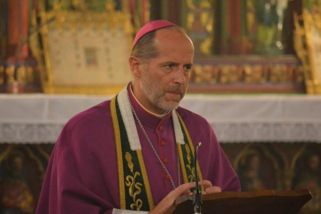 Homélie et présentation du nouveau curé par Mgr de Dinechin, évêque auxiliaire de Paris.
