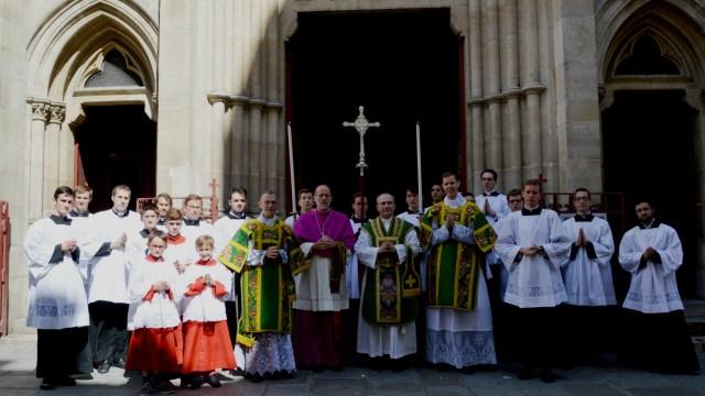 Photo souvenir avec tout le clergé.