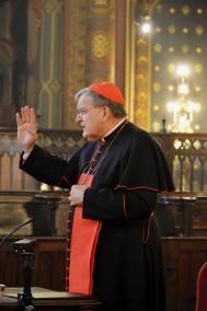 07-Son Eminence bénit les fidèles