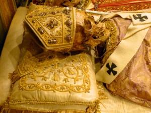 Reliques de saint Amrboise sous l'autel majeur de la basilique Saint-Ambroise de Milan