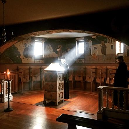 Chevetogne - le lecteur dit l'office de sexte dans l'église basse