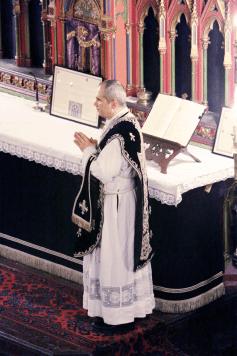 02-Requiem pour Louis XVI - le célébrant durant le chant de l'évangile