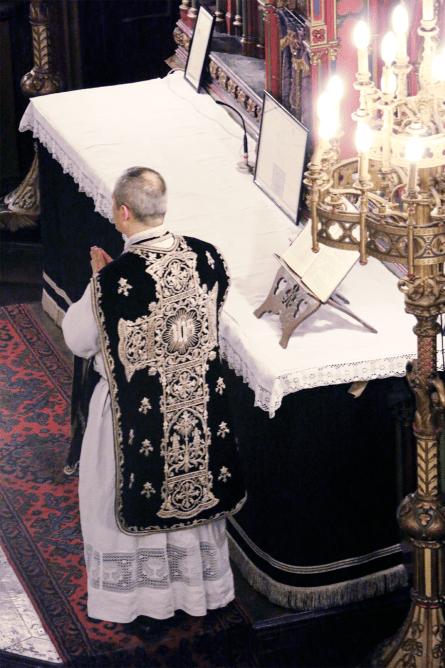03-Requiem pour Louis XVI - le célébrant durant le chant de l'évangile