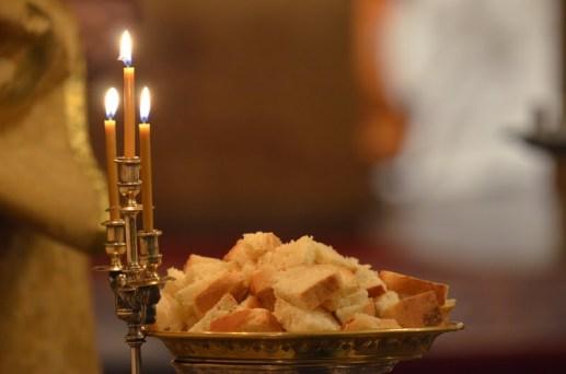 23-Vigile de Noël - le pain béni à l'artoclasie à la fin des grandes complies va être distribué aux fidèles durant le canon de matines