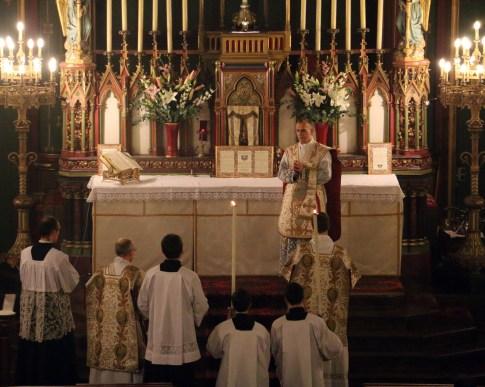 01-Messe d'exposition des Quarante-Heures - encensement du célébrant par le diacre après le chant de l'évangile