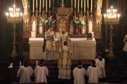 04-Messe d'exposition des Quarante-Heures - Dominus vobiscum de côté en raison du Saint Sacrement exposé