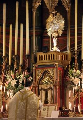 20-Messe de reposition des Quarante-Heures coram Sanctissomo - communion du célébrant