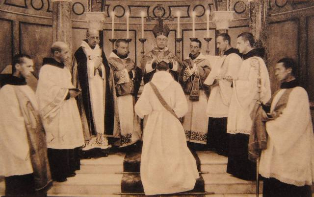 Ordinations au Samedi des Quatre-Temps : le diacre et le sous-diacre, ministres de l'évêque, portent les chasubles pliées.