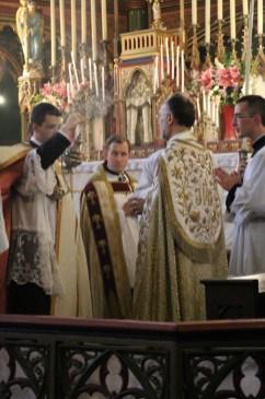 Vêpres de la Fête-Dieu - encensement du célébrant par le 1er chapier a la fin du Magnificat