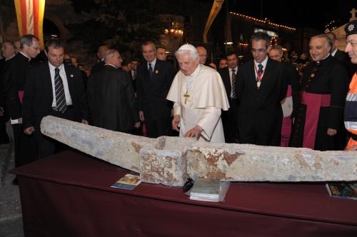 Le Pape Benoît XVI et l'ancre découverte en mer le 24 avril 2005 et provenant très probablement du navire qui transportait saint Paul & qui fit naufrage à Malte.