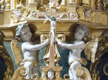 Peisey-Nancroix, église de la Trinité : retable majeur, détail : crucifix & anges.