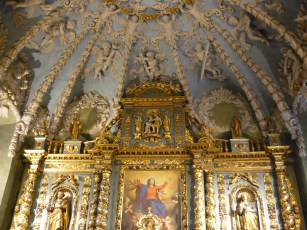 Notre-Dame de l'Assomption à Valloire : le retable de l'autel majeur et la voûte.