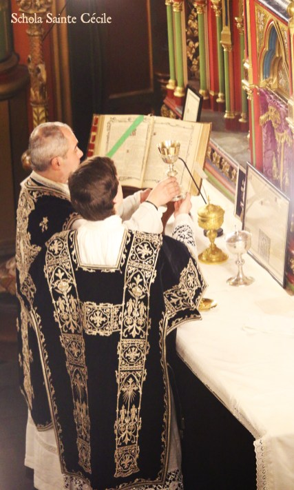 Requiem pour Louis XVI : l'offrande du vin à l'offertoire