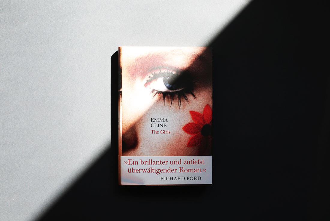the-girls-emma-cline-schonhalbelf-buch-kritik-rezension