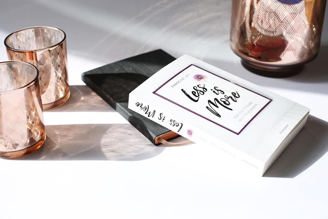 francine-jay-less-is-more-schonhalbelf-buch-kritik-inspiration-buchblog-titel-minimalismus-aufraeumen-ausmisten-kupfer-kerzenhalter-bolia-interior-copper-candle