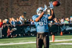 Detroit Lion's Tight End, David Ausberry (89), makes a stylish catch during passing drills to excite the fans at Novi High School.