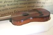Guitare qui aurait appartenu à Célimène Gaudieux, (1807-1864). Née d'un père libre de couleur et d'une mère esclave, elle est affranchie en même temps que sa mère en 1811.  Célimène Gaudieux s'est fait connaître dans l'auberge de la Saline qu'elle tenait avec son mari, grâce aux chansons d'une grande liberté de ton qu'elle compose, interprète et accompagne à la guitare. En hommage à sa mémoire, notre collège porte aujourd'hui son nom.