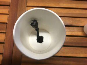 3.上に紙コップをつけて穴をあけたところか延長コードをだす