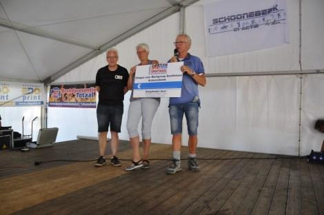 Cheque van € 1.000 voor Werkgroep Duofietsen Schoonebeek!