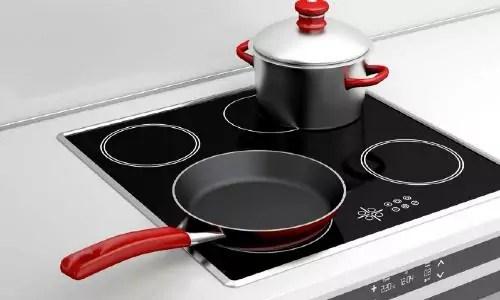 hoe kun je het beste een inductie kookplaat schoonmaken