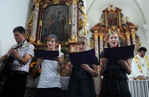 Junge Schoriederinnen begleiten die Feier mit Gesang