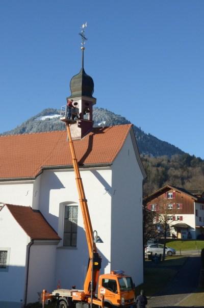Ein Bundesexperte untersucht die Glocke im Turm der Kapelle Scho