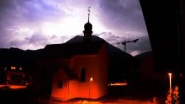 Wetterleuchten über dem Entlebuch und der Kapelle von Schoried