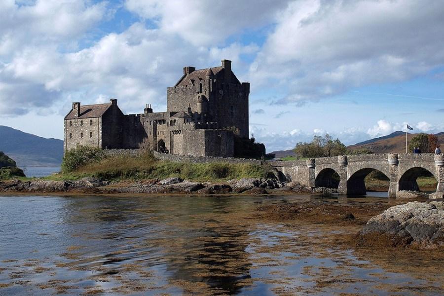 Auch das Eilean Donan Castle kann auf unserer Bahnreise durch Schottland besucht werden.