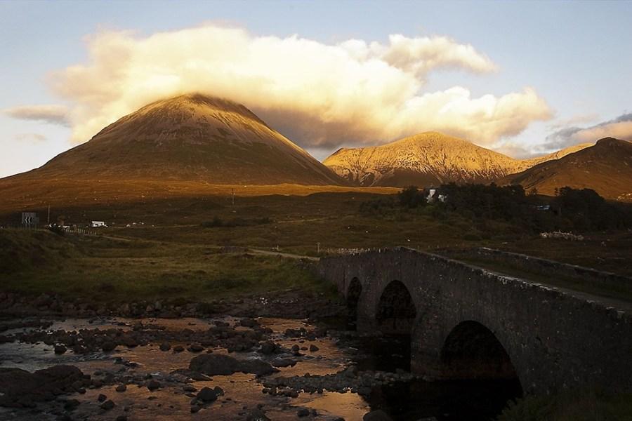 Die bizzare Insel Skye ist eine der Hauptattraktionen der Bahnreise Schottland.