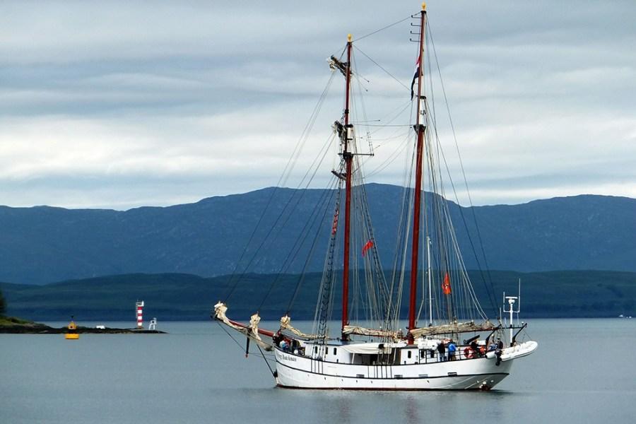Mit der Flying Dutchman können SIe eine Segelreise nach Schottland unternehmen und ihren Schottlandurlaub so auf dem Wasser genießen.