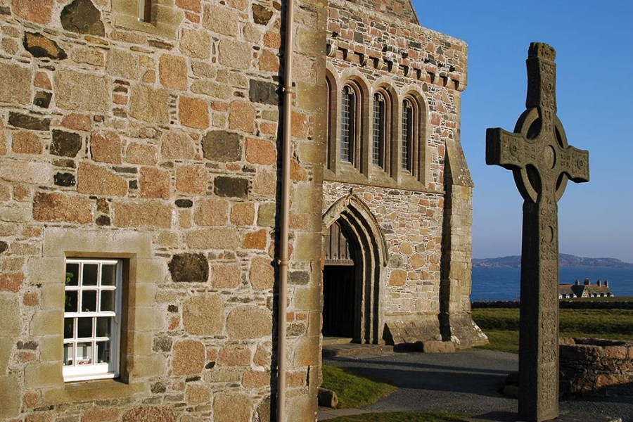Auf der Segelreise in Schottland können wir Iona Abbey entdecken.