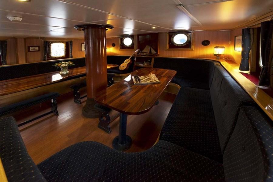 Am Abend kann man auf der Segelreise Schottland in der Schiffslounge entspannen und den Tag wirken lassen.