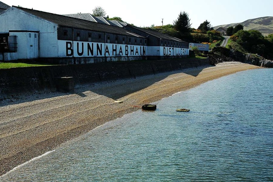Viele verschiedene Whisky Brennereien werden auf einer Segelreise durch Schottland besucht.