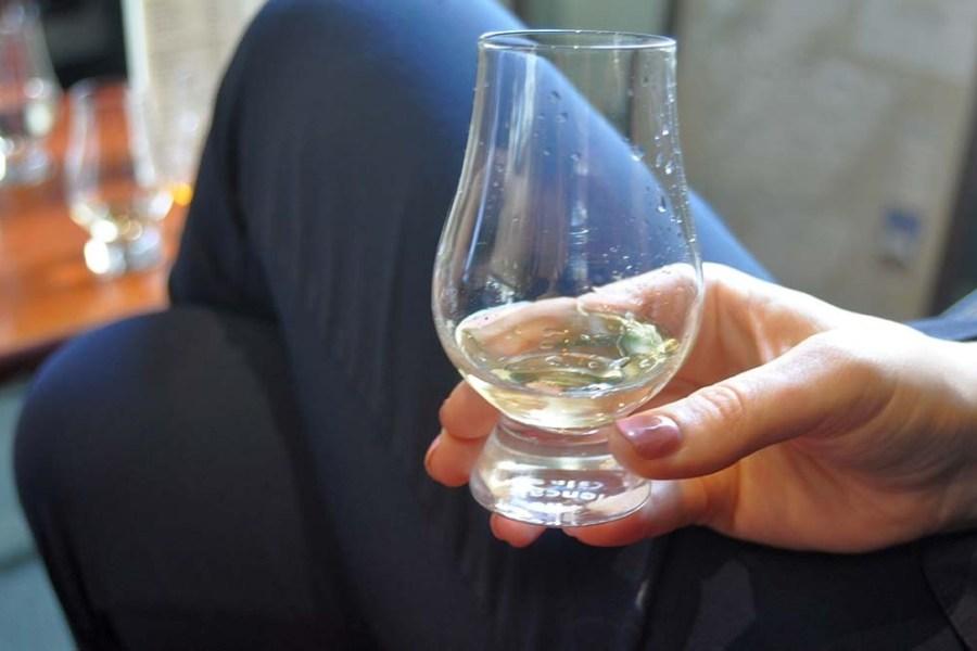 Whiskytastings sind auf Segelreisen in Schottland eine tolle Urlaubsaktivität.
