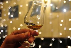 Während eines Winterurlaubs in Schottland kann man Whiskytouren machen und den Empfehlungen der Tour Guides nachgehen.
