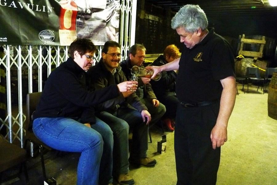 Das Warehouse Tasting in der Lagavulin Distillery ist einer der Hoehepunkte der Whiskyreise.