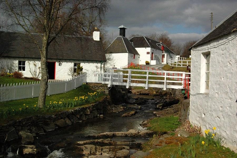 Die Edradour Distillery, die auf der Whiskyreise besichtigt werden kann, ist eine der kleinsten Brennereien Schottlands.